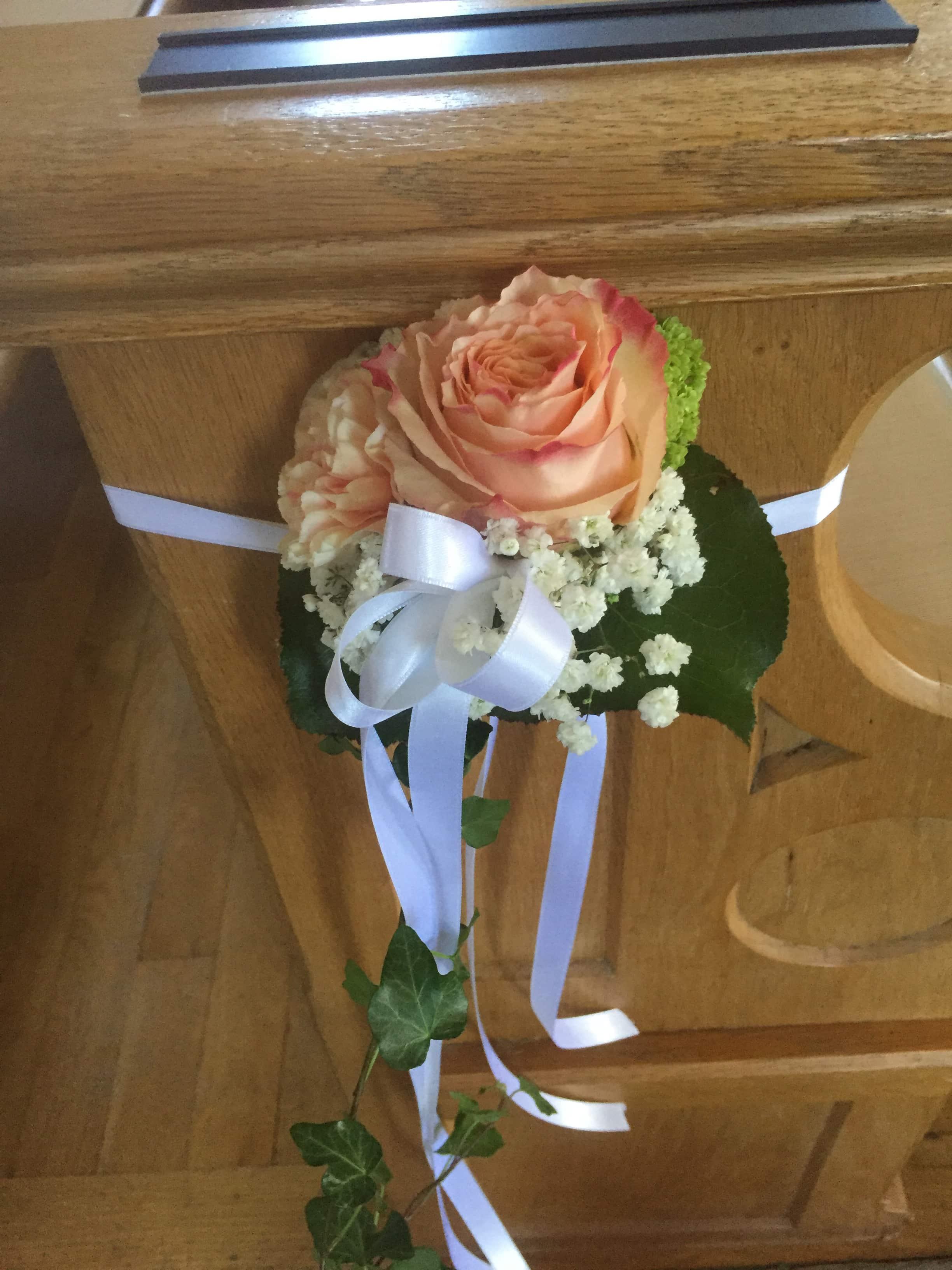 Hochzeit Deko an Kirchenbank